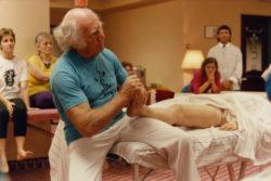Milton Trager pendant une séance de massage